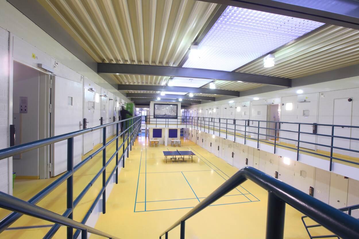 Werknemer in de cel: reden voor ontslag op staande voet? (bron: PW)